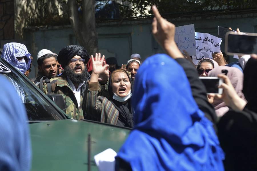 Los talibanes dispersan con disparos al aire múltiples protestas en Afganistán