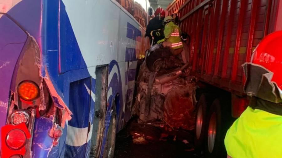 """""""Carambola"""" en autopista México-Puebla deja dos personas prensadas"""