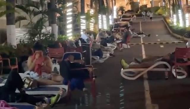 No quisieron regresar a los hoteles, turistas duermen en las calles tras el sismo en Acapulco
