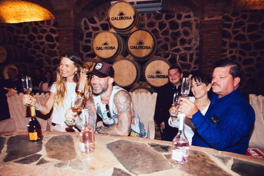 Sorprende Adam Levine al lanzar su propia marca de tequila Calirosa