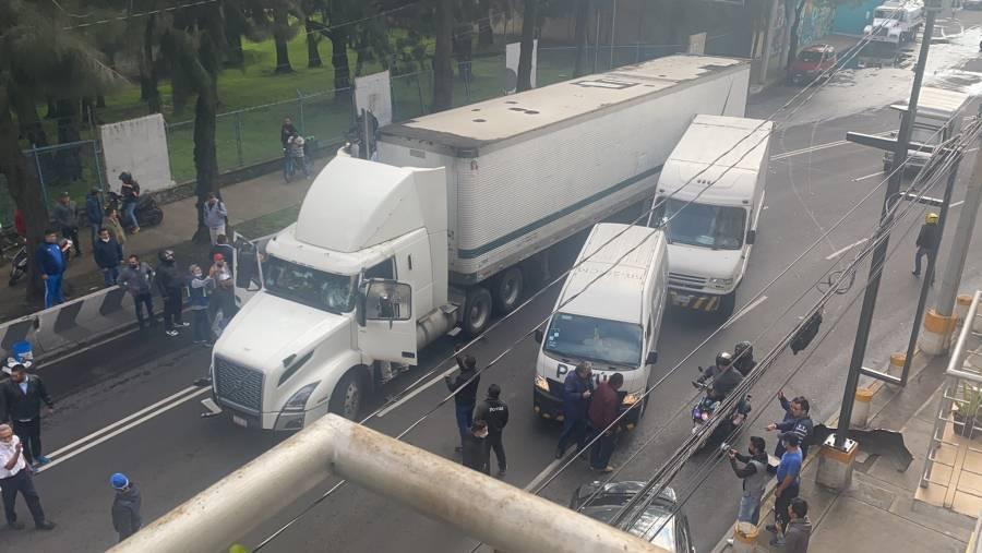 Tráiler embiste a varios vehículos en Iztacalco