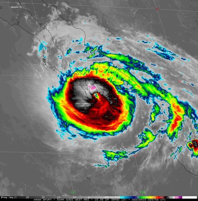 El huracán Olaf toca tierra en Baja California Sur