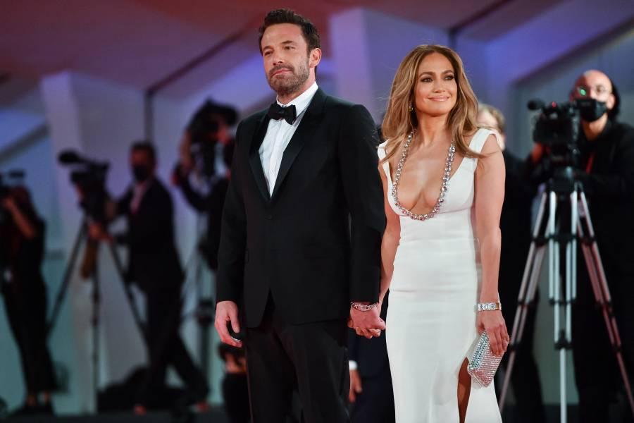 Junto a Ben Affleck, Jennifer Lopez deslumbra con vestido enjoyado