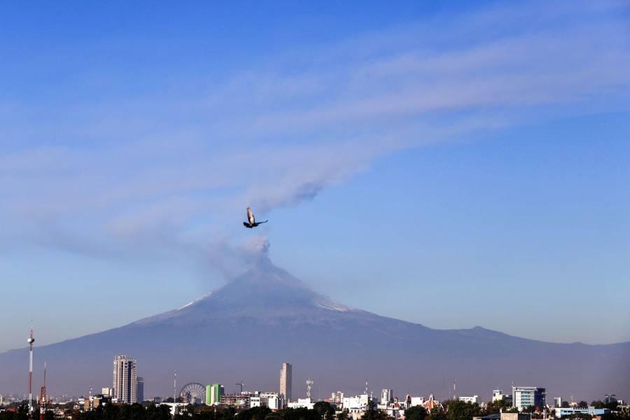 Ahora fue el turno de Popocatepetl, lanza fumarola y fragmentos incandescentes