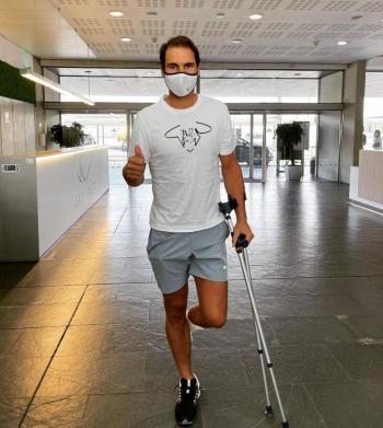 El tenista Rafael Nadal se somete a un tratamiento en el pie izquierdo