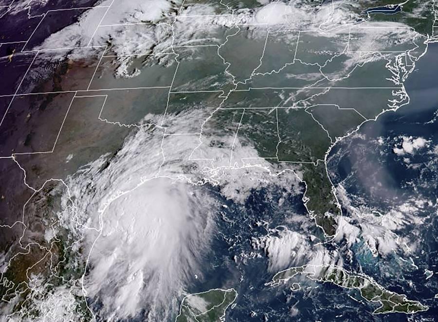 Huracán Nicholas toca tierra en costas de Texas