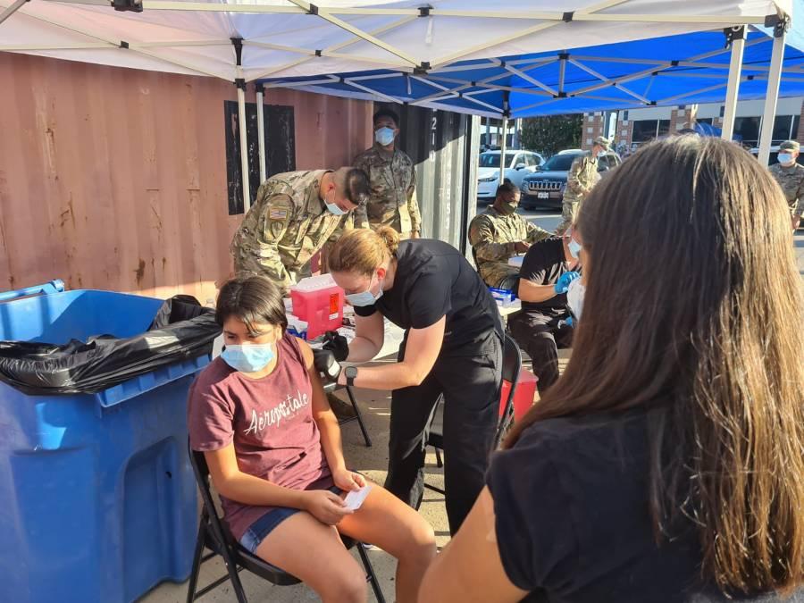 Vacunan contra COVID-19 a menores de 18 años en Coahuila
