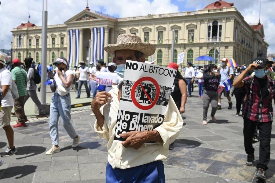 Protestan en El Salvador contra el bitcoin y Bukele