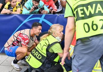 Cristiano Ronaldo propina balonazo a guardia de seguridad y le regala playera del ManU