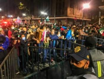 Capitalinos y turistas dececpionados tras encontrarse con el acceso al Zócalo bloqueado