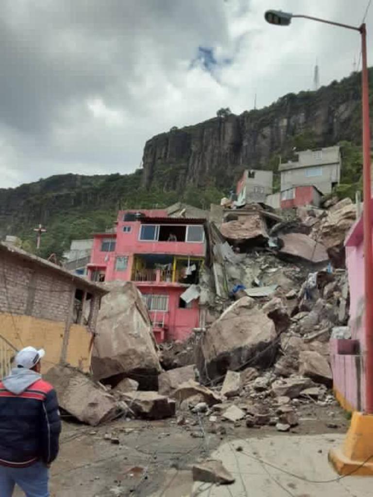 Sale del hospital Jessica Karen Martínez,  sobreviviente del derrumbe en Cerro del Chiquihuite