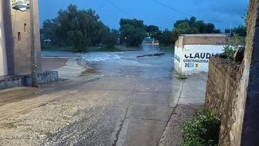 VIDEO: Desborde de presa San Aparicio causó inundaciones en Genaro Codina, Zacatecas