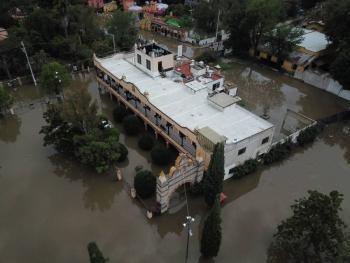 Se desborda presa Centenario; inunda zonas de Tequisquiapan