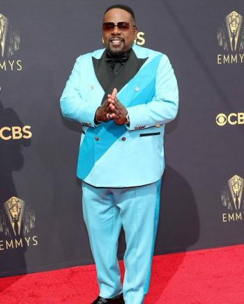 Cedric the Entertainer abrió con un número musical los Emmys