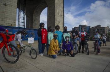 En CDMX, jóvenes afganas refugiadas pasean en bicicleta
