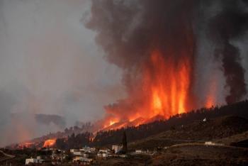 Advierten explosiones y gases nocivos cuando lava entre al mar en La Palma