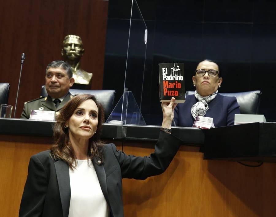 """Acusan colusión del gobierno con el crimen; Lilly Téllez regala """"El Padrino"""" a titular de SSPC"""