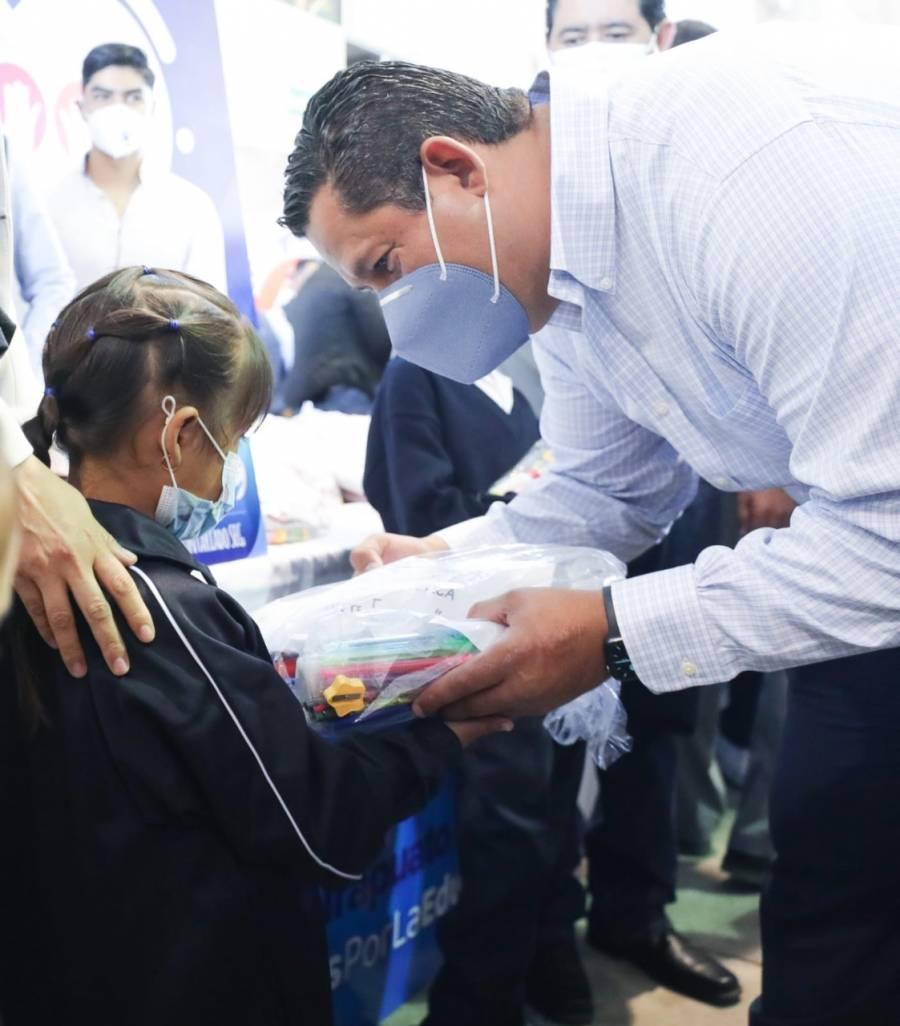 Diego Sinhue Rodríguez entregó apoyos a damnificados de Abasolo