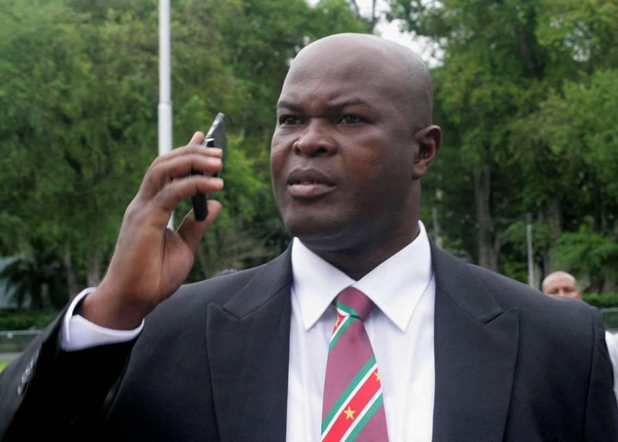 Vicepresidente de Surinam, buscado por la Interpol, juega en Concachampions