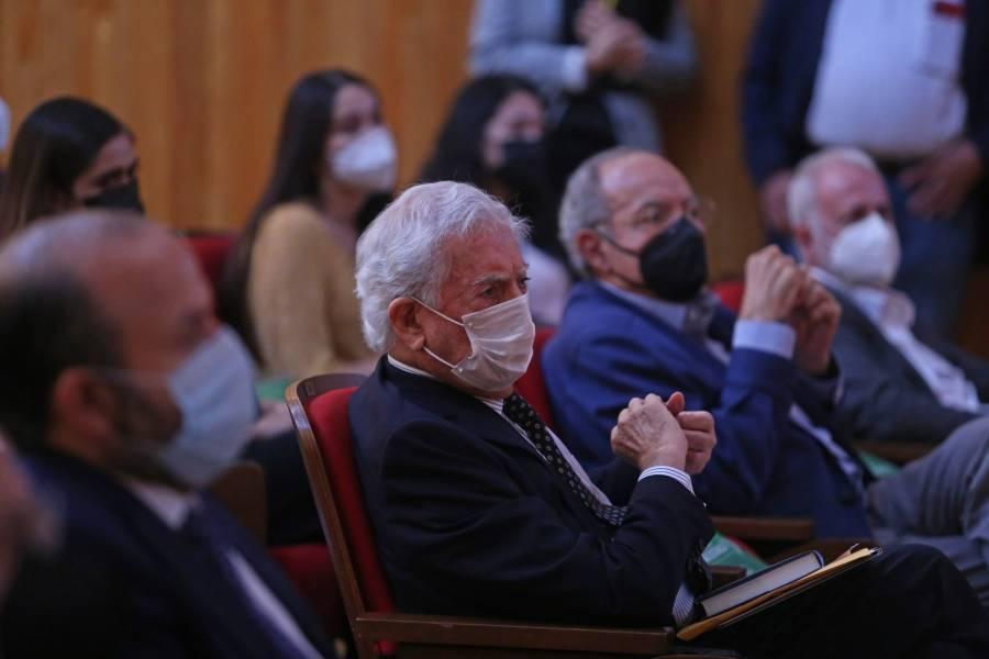 """Vargas Llosa critica """"ataques"""" de AMLO a la prensa"""