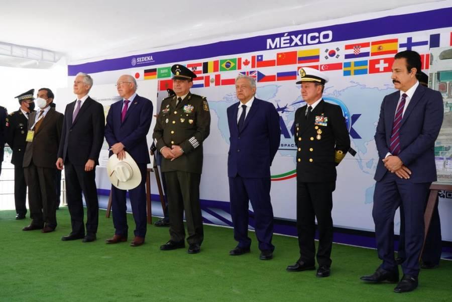 AMLO anuncia construcción de nuevo aeropuerto en Tulum, y ampliación del de Tepic