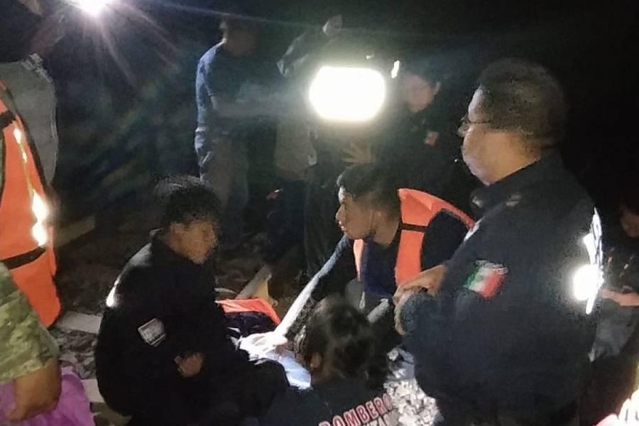 Rescatan a tres menores que cayeron al río en Tequisquiapan