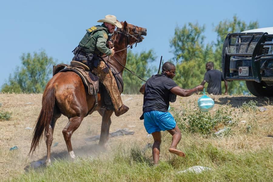 Tras acusaciones de maltrato a migrantes, Patrulla Fronteriza de EEUU deja de usar caballos