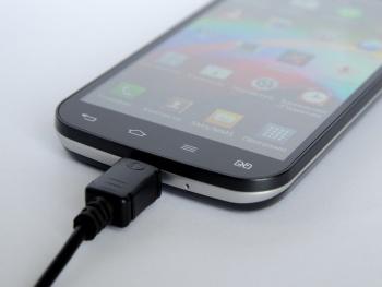 La UE va por cargador universal para celulares, tabletas y audífonos