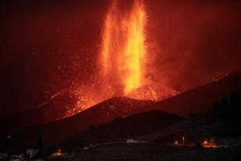 Nuevas explosiones en volcán de La Palma cancelan los primeros vuelos