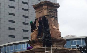 Feministas reemplazan estatua de Colón