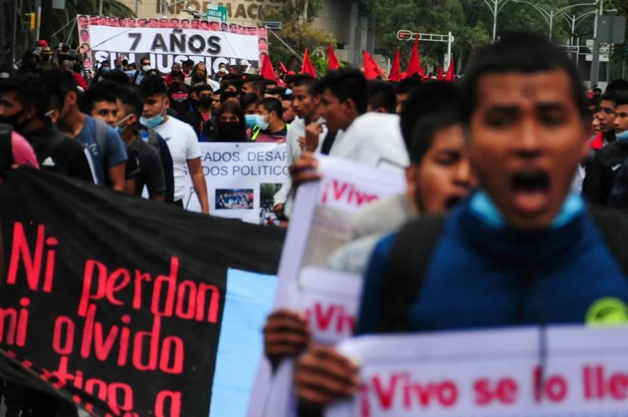 Marchan rumbo al zócalo capitalino exigiendo justicia por los 43 normalistas de Ayotzinapa