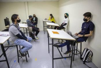 Piden becas para que universitarios cubran gastos de titulación