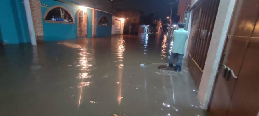 Se desborda río San Buenaventura en Xochimilco por fuertes lluvias