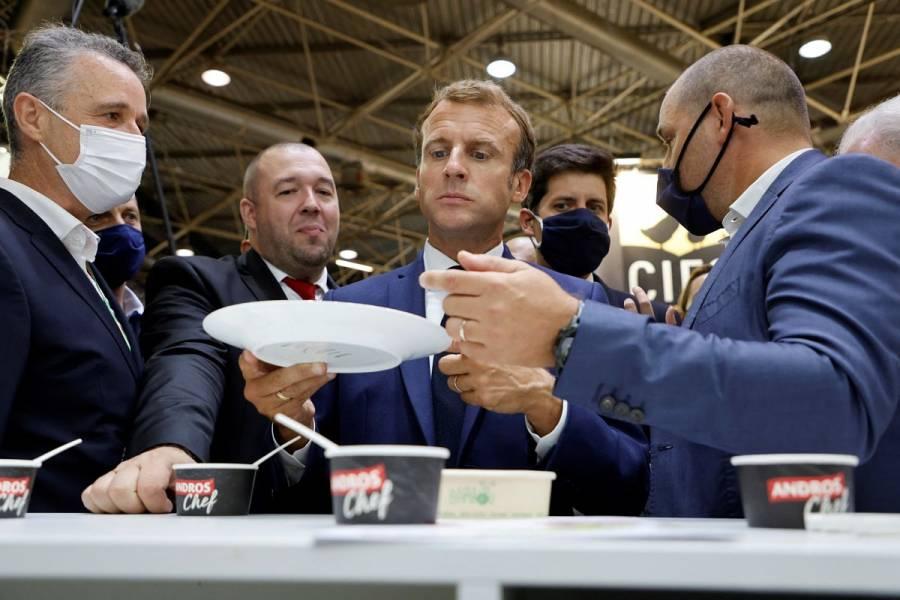 VIDEO: Tiran un huevo a Emmanuel Macron durante evento público
