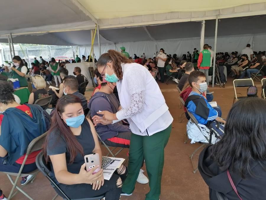 Obregonenses de 18 a 29 años reciben vacuna anticovid en Estadio Olímpico Universitario