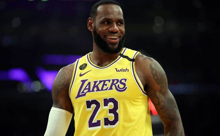 LeBron James se vacuna contra el Covid-19, pero descarta convencer a jugadores de la NBA