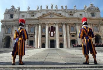 Vaticano suspenderá sueldo a empleados que no presenten certificado Covid-19