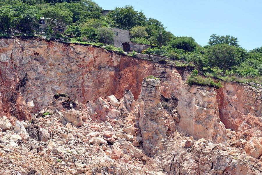 Desalojan a familias tras deslave en cerro de Jiutepec, Morelos
