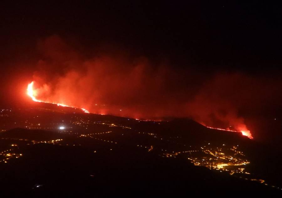 Lava del volcán en isla de La Palma llegan al mar
