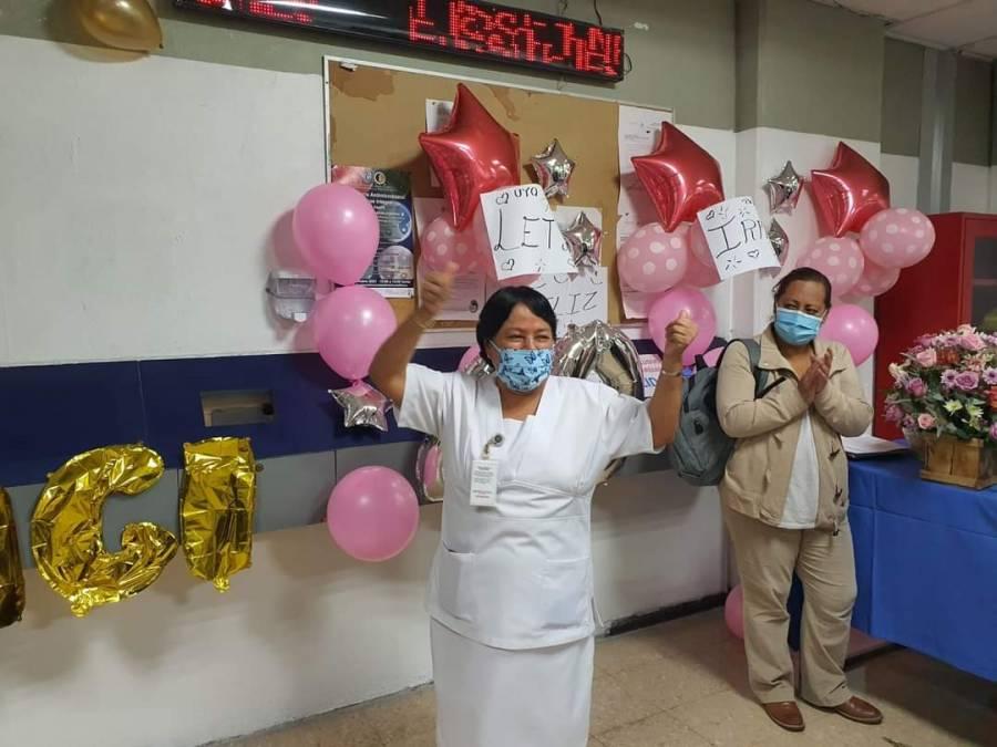 En Hospital Juárez dan última checada 60 trabajadores que se jubilaron
