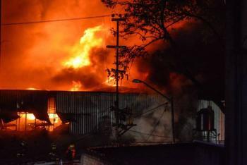 Se registra fuerte incendio en fábrica de San Vicente Chicoloapan, Edomex