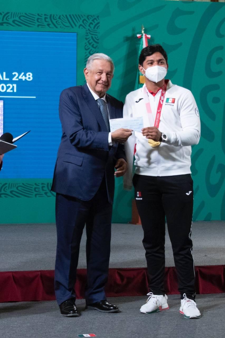 Tokio 2020: AMLO entrega estímulos económicos a atletas