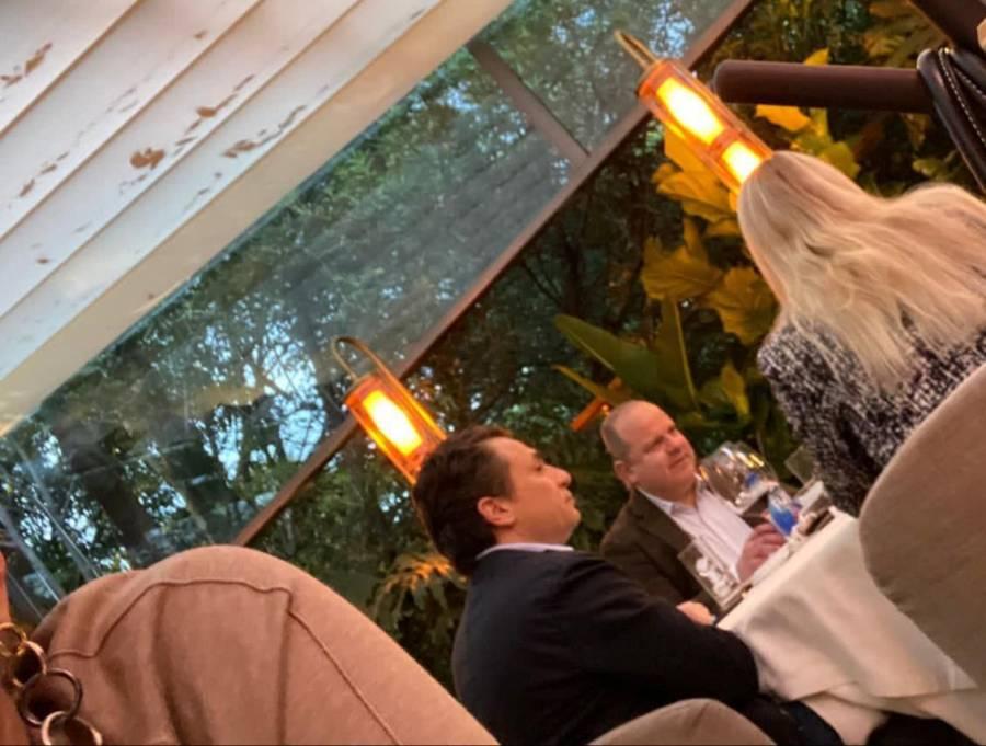 Periodista capta a Emilio Lozoya cenando en un lujoso hotel