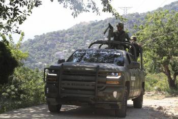Ejército libera a 16 secuestrados y decomisa arsenal