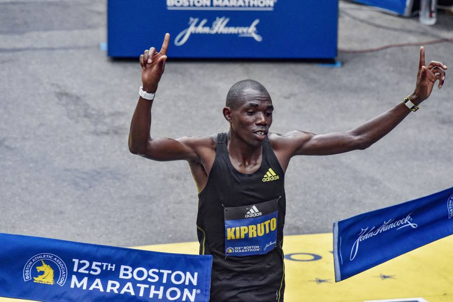 El keniano Benson Kipruto gana el Maratón de Boston