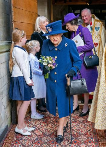 La reina Isabel II usa un bastón por primera vez en un acto público