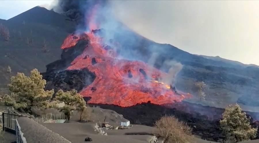 En isla La Palma desalojan a 800 personas por nuevo río de lava del volcán