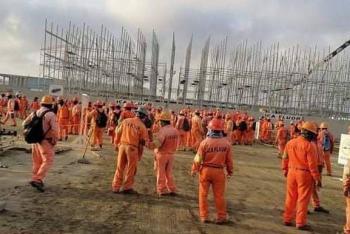 Trabajadores y antimotines se enfrentan en refinería de Dos Bocas