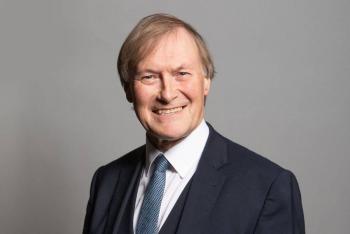 Muere diputado británico tras ser apuñalado durante acto público