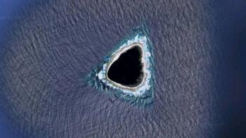"""En Google Maps hallan un """"agujero negro"""" en el mar"""